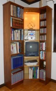 1990-talets AV-teknik ändrar möbelformgivningen. Här är hyllan i valnöt o sycamor.